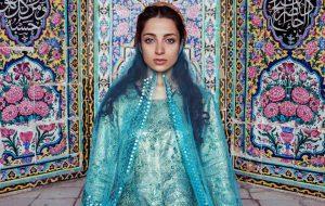 تصاویر دختر جوان شیرازی با لباس محلی خاص و زیبایی که دارد در مسجد نصیرالملک گرفته بود و شبکه سی ان ان CNN آن را منتشر کرد.